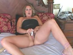 Busty mature lesbians dildofuck pussies in bed